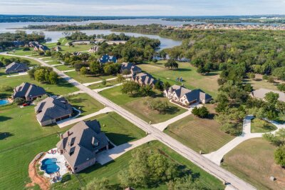Plakat Aerial View of homes near lake in Haslet, TX