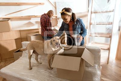 Plakat African American para z psem labrador przeprowadzki do nowego domu