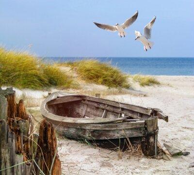 Plakat Altes Fischerboot, Möwen, Strand und Meer
