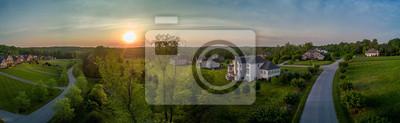 Plakat Amerykańskie posiadłości wiejskie dla wyższej klasy średniej w stanie Maryland z zachodem słońca