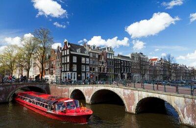 Plakat Amsterdam kanał skrzyżowanie z czerwonej łodzi wycieczkowych w lecie z błękitne niebo