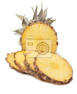 Ananas z plastrami na białym tle
