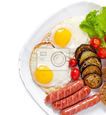 Angielskie śniadanie - jajka sadzone, kiełbaski, bakłażany i pomidory