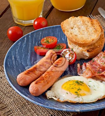 Angielskie śniadanie - tosty, jajka, bekon i warzyw