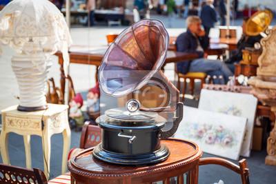 Plakat Antique gramofon na ulicy rynku w Pizie we Włoszech