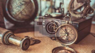 Plakat Antique Kolekcja piracka przygoda w tym kompas, teleskop, skrzynki drewniane skarb i modeli globu. (zabytkowy styl)