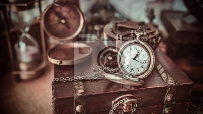 Plakat Antique kompas stary zbiór na drewnianej skrzyni skarbów w klasycznym stylu obrazu.