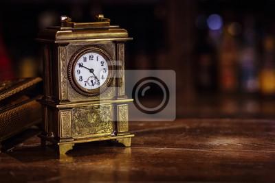 Plakat antyczny zegar stanąć na drewnianym stole