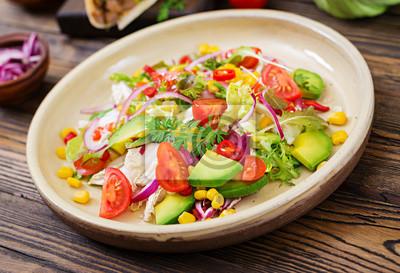 Apetyczna sałatka wegańska z pomidorów, awokado, kukurydzy, czerwonej cebuli i liści sałaty. Smaczne wegańskie jedzenie. Zdrowe wegańskie jedzenie. Sałatka wegetariańska.