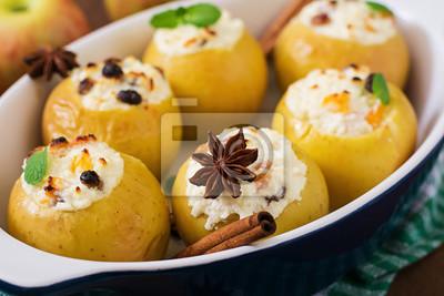 Apetyczny pieczone jabłka z twarogiem i rodzynkami