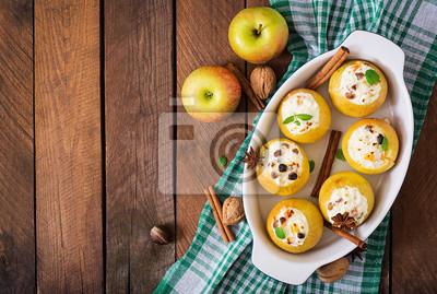 Apetyczny pieczone jabłka z twarogiem i rodzynkami. Widok z góry