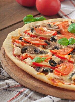 Apetyczny pizza z kurczakiem, pomidorami, papryką i pieczarkami