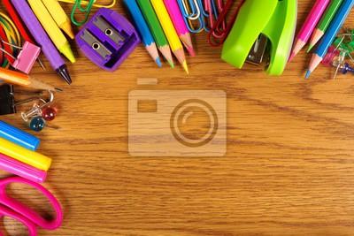 9c4cf36994d06 Plakat Artykuły szkolne granicy górnym rogu na tle drewna biurko na ...
