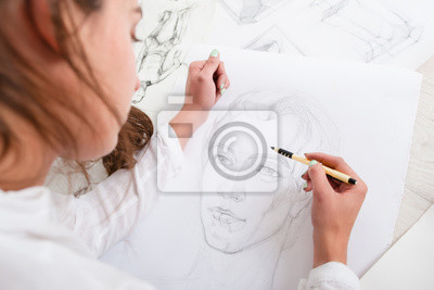 Plakat Artysta rysunek ołówkiem portret zbliżenie. Kobieta malarz tworząc obraz kobiety na dużym Whatman. Sztuka, talent, rzemiosło, hobby, zawód koncepcja