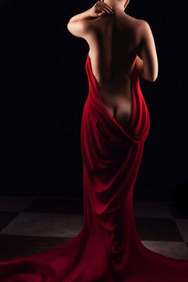 Plakat Artystyczna nagie plecy kobiety z czerwonymi zasłonami wokół niej
