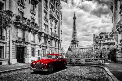 Plakat Artystyczne Paryż, Francja. Wieża Eiffla widać z ulicy z czerwonym retro limuzyna samochodu.
