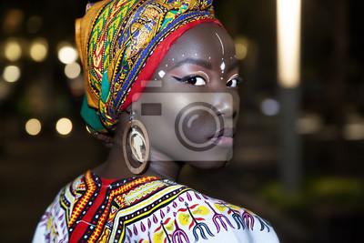 Plakat ashieka w tradycyjnych afrykańskich ubraniach