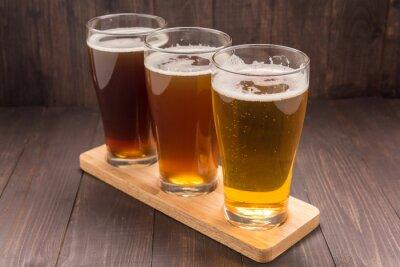 Plakat Asortyment szklanki piwa na drewnianym stole