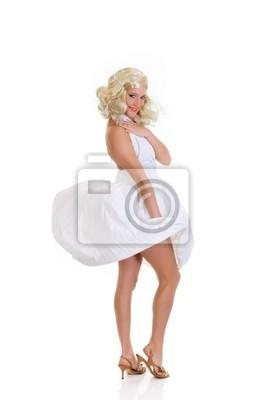 Plakat Atrakcyjna młoda kobieta w eleganckiej białej sukni.