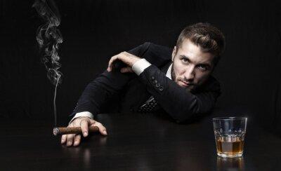 Plakat Atrakcyjne człowiek z cygara i whisky