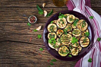 Bakłażan z grilla z sosem balsamicznym, czosnkiem, kolendrą i miętą. Wegańskie jedzenie. Widok z góry. Płaskie leżało