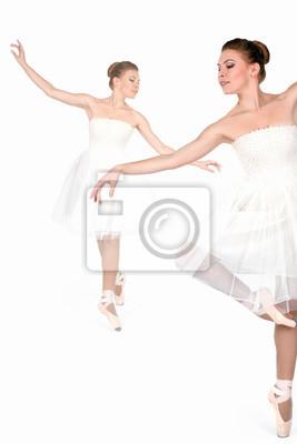 Balerina w pointes i biała sukienka tańczą na uboczu Plakaty Redro