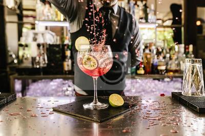 Plakat Barman czyni koktajl w klubie nocnym.