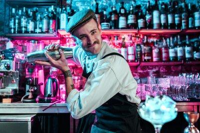 Plakat Barman-ekspert robi koktajl w klubie nocnym lub barze. Szklanka ognistego koktajlu na kontuarze barowym na tle rąk barmanów z ogniem. Koncepcja dnia barmana