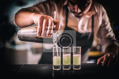 Plakat Barman nalewa świeżego koktajl