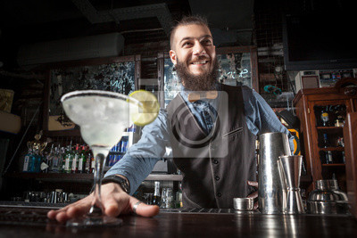 Plakat Barman obsługujących koktajl.
