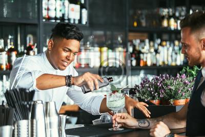 Plakat Barman przygotowuje koktajl do kelnera