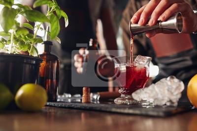 Plakat Barman przygotowuje świeże NEGRONI koktajl