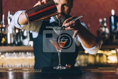 Plakat Barman robi koktajl w klubie nocnym.