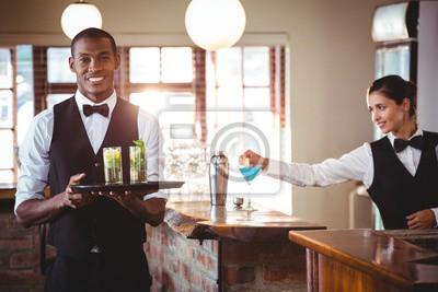 Plakat Barman trzyma Taca ze dwa kieliszek