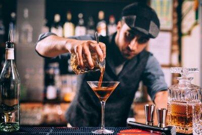 Plakat Barman tworząc podpis drink w barze licznik. Gorzki szept z piwnym koktajlem