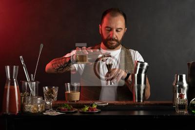 Plakat barman w pracy