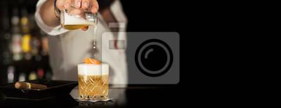 Plakat Barmańczyk działania American Cocktail Bar Barman cygaro na ciemnym czarnym tle