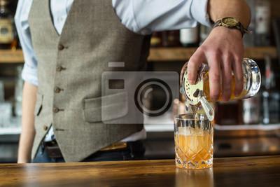 Plakat Bartender wylewanie koktajl
