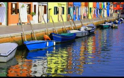 Plakat Barwnie domy na Burano i odbicia na wodzie