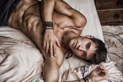 Plakat Bez koszuli sexy model mężczyzna leżący samotnie na łóżku