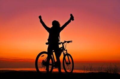 Plakat Biker-Dziewczyna na zachodzie słońca w pobliżu jeziora