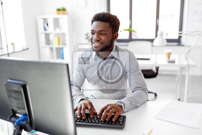 Plakat biznes, ludzie i technologii pojęcie - amerykanina afrykańskiego pochodzenia biznesmen z komputerowym działaniem przy biurem