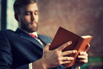 Plakat Biznesmen czytanie książki