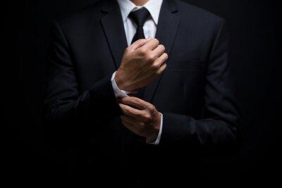 Plakat Biznesmen dostosowując jego spinki do mankietów
