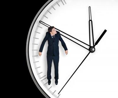 Plakat Biznesmen wisi na strzałki zegara