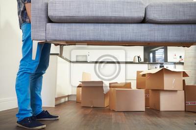 Plakat Bliska człowiek niosący Sofa jak porusza się w nowym domu