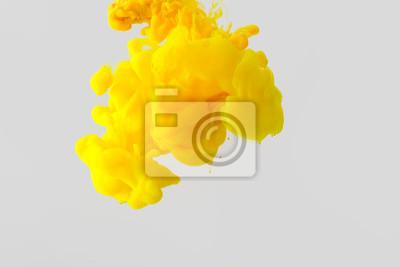 Plakat bliska widok jasny żółty malowania splash w wodzie samodzielnie na szary
