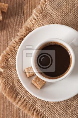 bliska widok na filiżankę kawy i cukru brązowego