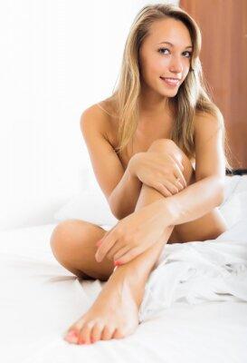 Plakat Blond dziewczyna siedzi nago na łóżku
