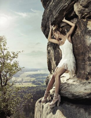 Plakat Blond piękno stwarzających na skały niebezpieczny